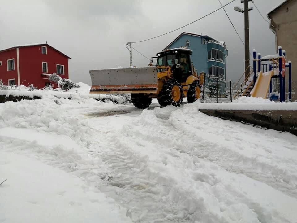 Gülüç'te kardan kapanan yollar açılıyor