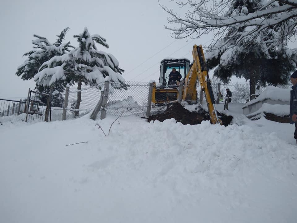 70 santimetre karda mezar kazdılar