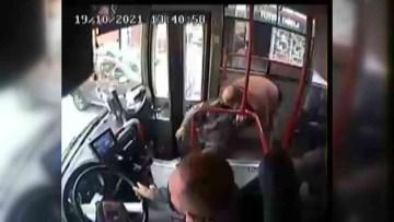 Halk otobüsü şoförü fenalaşan yolcuyu hastaneye yetiştirdi