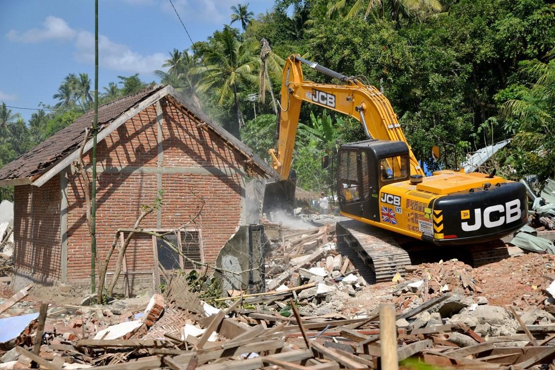 La excavadora de orugas JS205 trabajando en la isla indonesia de Lombok, azotada por el terremoto.jpg