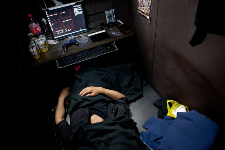 internet cafe refugees 1