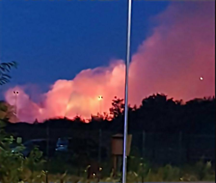 Un grosso incendio è divampato in un deposito ad Arese