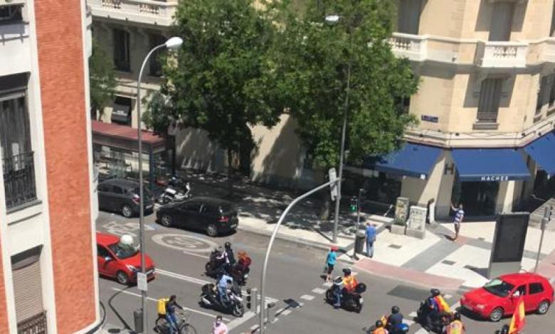 una-caravana-de-motos-recorre-el-barrio-de-salamanca-en-la-protesta-de-vox