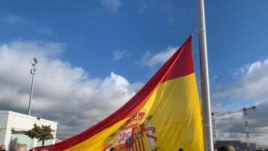 Photo of La Comunidad de Madrid iza una bandera de España de 75 metros cuadrados por las víctimas de la Covid