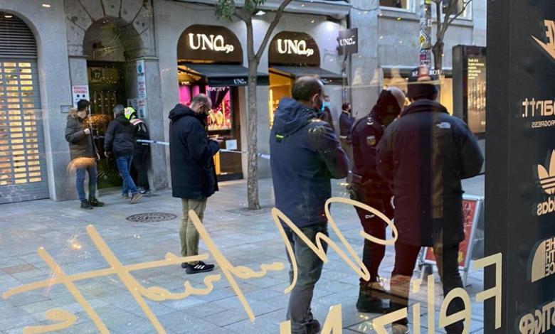 la-policia-nacional-desaloja-las-tiendas-de-la-calle-fuencarral-proximas-a-la-gran-via-de-madrid