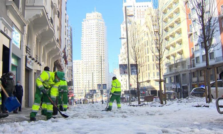 el-ayuntamiento-de-madrid-suma-1.200-nuevos-operarios-para-quitar-el-hielo-de-las-aceras