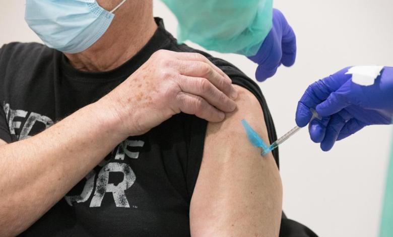 madrid-vacunara-desde-este-martes-con-astrazeneca-en-el-zendal-a-grupos-como-veterinarios-o-personal-de-aena