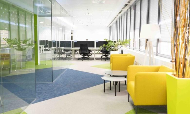 hot-desking,-espacios-mas-diafanos-y-sistemas-de-turnos:-asi-es-el-escenario-de-trabajo-hibrido-que-plantean-las-tecnologicas-en-espana