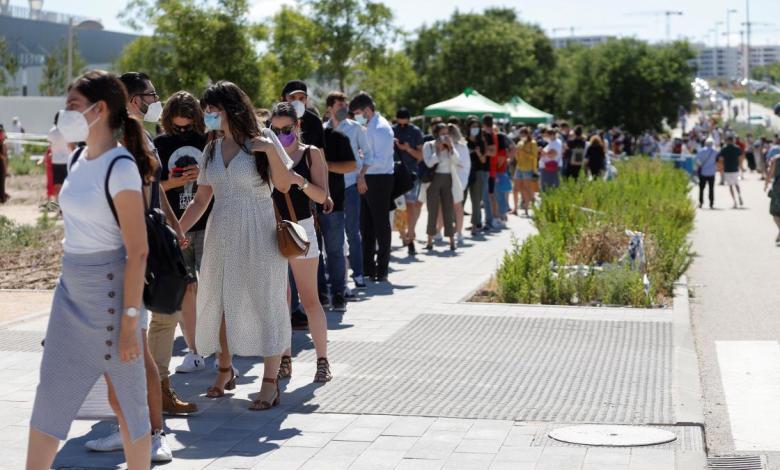 madrid-cita-en-un-dia-a-30.000-personas-para-vacunarse-en-el-zendal…-y-se-forma-una-fila-kilometrica-durante-horas-al-sol