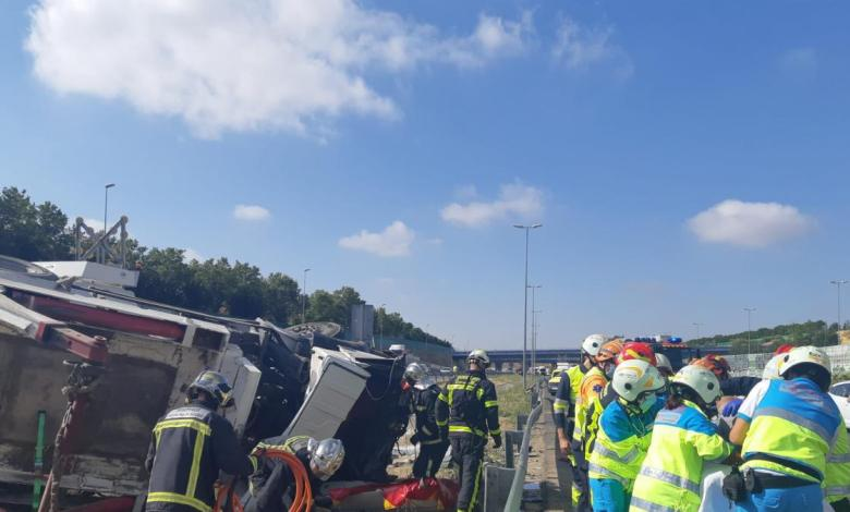 accidente-de-trafico-y-atasco-en-la-m50:-vuelca-un-camion-y-el-conductor-queda-atrapado-dentro