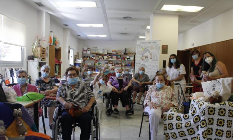 abuelas-que-tejen-sin-cesar-para-los-mas-vulnerables:-ninos-de-sierra-leona-y-sin-techo-de-madrid-han-recibido-sus-labores