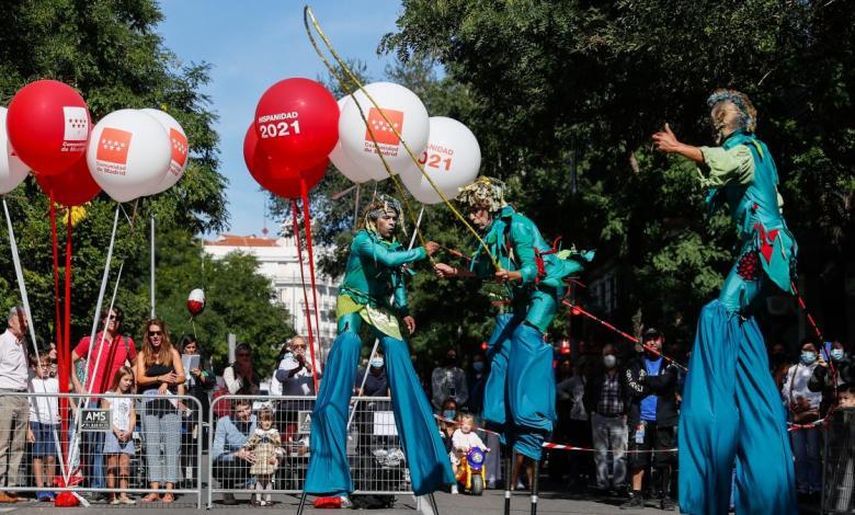 alrededor-de-100.000-personas-llenan-las-calles-de-madrid-en-la-fiesta-de-la-hispanidad-de-la-oficina-del-espanol