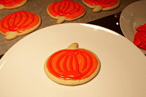 halloween-pumpkin-sugar-cookies-decorating-orange-strips
