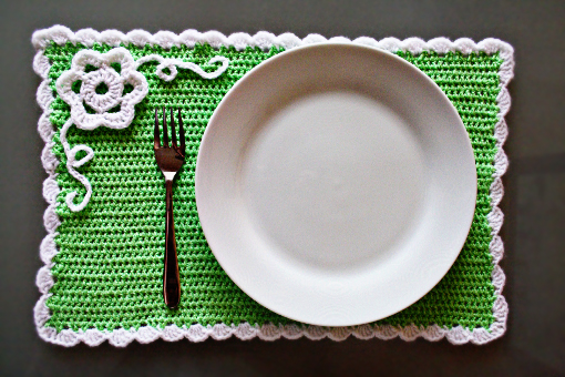 free crochet pattern - spring placemat with flower