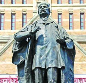 A statue of Sir Pherozeshah Mehta, an emminent Parsi, in front of BMC building.