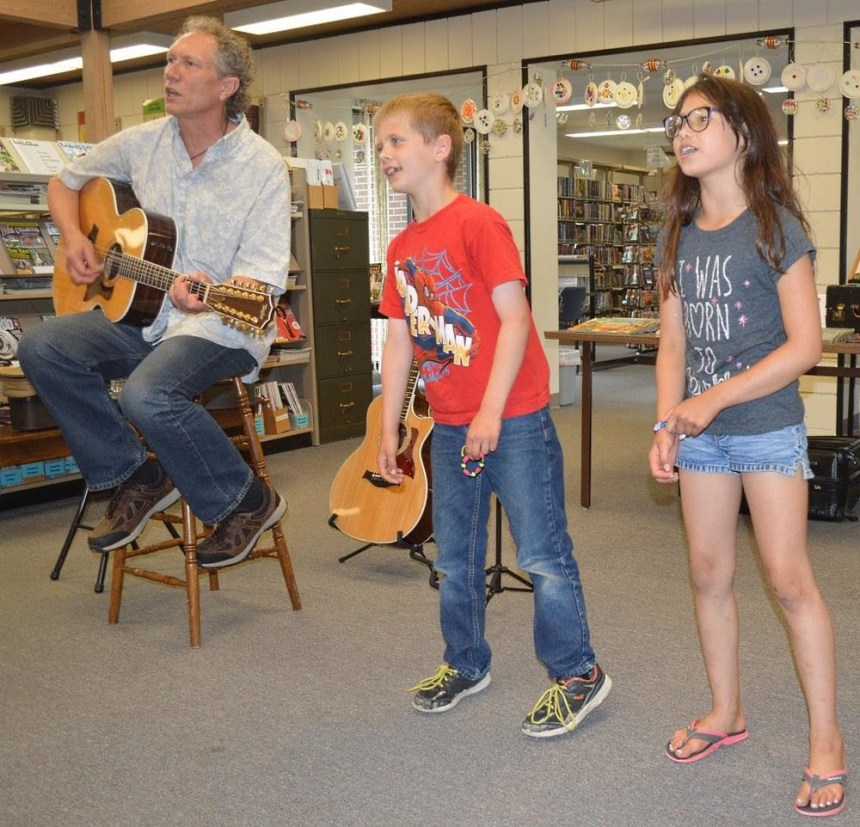 Dennis Warner offering his program during a Minnesota summer reading program – Photo: Cross Counties Connect