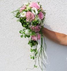 Brautstrauß abfließend, rosa Rosen