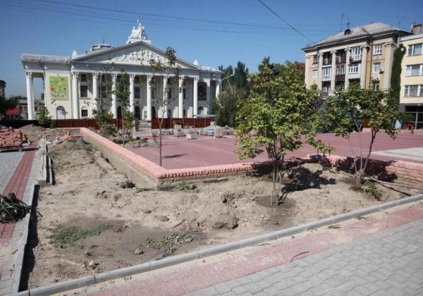 В Запорожье проходит реконструкция сквера напротив театра ...