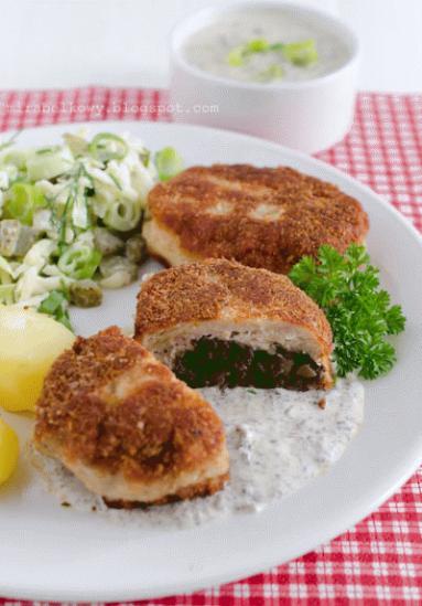 Zdjęcie - Drobiowe kotlety z pieczarkami i pieczarkowym sosem - Przepisy kulinarne ze zdjęciami