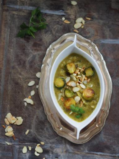 Zdjęcie - Kremowa zupa z pieczonej brukselki i porów z migdałami i chili. Dla Niej! - Przepisy kulinarne ze zdjęciami