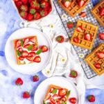 Zdjęcie - Gofry z bitą śmietaną i truskawkami - Przepisy kulinarne ze zdjęciami