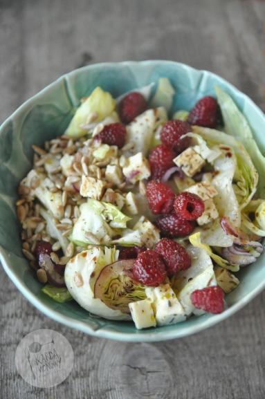 Zdjęcie - Sałata lodowa z malinami i serem białym - Przepisy kulinarne ze zdjęciami