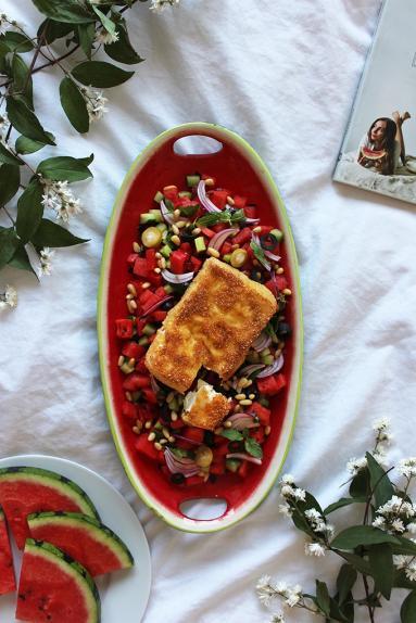 Zdjęcie - Sałatka z arbuza i ogórka ze smażoną fetą - Przepisy kulinarne ze zdjęciami