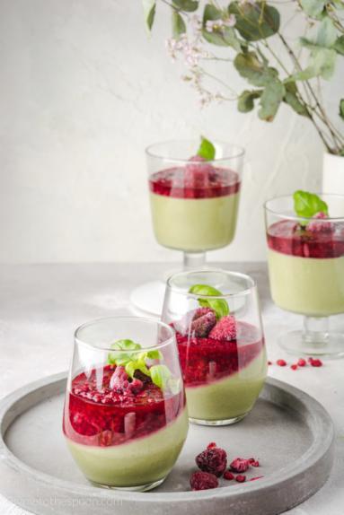Zdjęcie - Jogurtowa panna cotta z matchą i malinami - Przepisy kulinarne ze zdjęciami