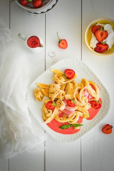 Zdjęcie - Kluski z truskawkami z nutą bazylii i cytryny - Przepisy kulinarne ze zdjęciami
