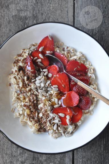 Zdjęcie - Owsianka z truskawkami - Przepisy kulinarne ze zdjęciami