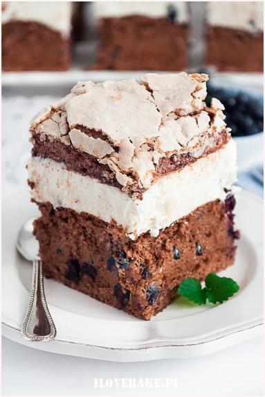 Zdjęcie - Ciasto tortowe z jagodami i bezą - Przepisy kulinarne ze zdjęciami