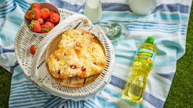 Zdjęcie - Drożdżówki z serem, truskawkami i kruszonką - Przepisy kulinarne ze zdjęciami