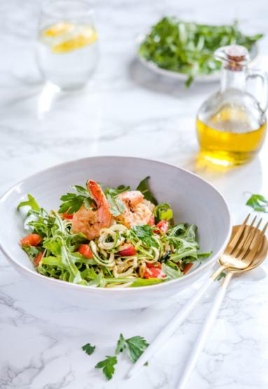 Zdjęcie - Bezglutenowe spaghetti cukiniowe z krewetkami i cykorią - Przepisy kulinarne ze zdjęciami