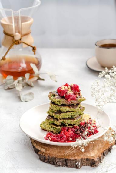 Zdjęcie - Proste placuszki szpinakowe z kokosem i malinami – bez mąki, bez glutenu, bez laktozy - Przepisy kulinarne ze zdjęciami