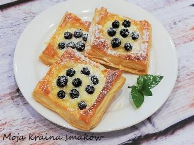 Zdjęcie - Ciastka francuskie z budyniem i borówkami - Przepisy kulinarne ze zdjęciami