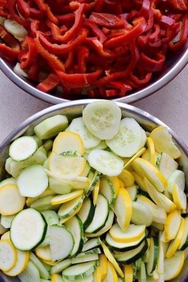 Zdjęcie - Sałatka z cukinii i ogórków na zimę - Przepisy kulinarne ze zdjęciami