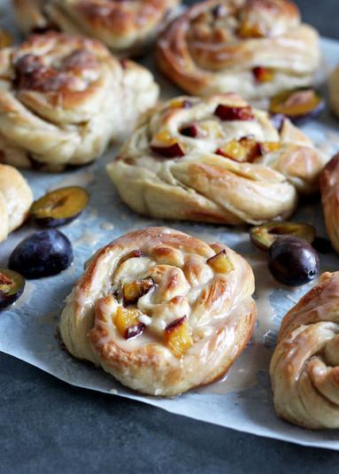 Zdjęcie - Cynamonowe ślimaki ze śliwkami - Przepisy kulinarne ze zdjęciami