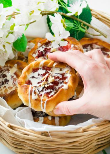 Zdjęcie - Drożdżówki ze śliwkami i lukrem - Przepisy kulinarne ze zdjęciami
