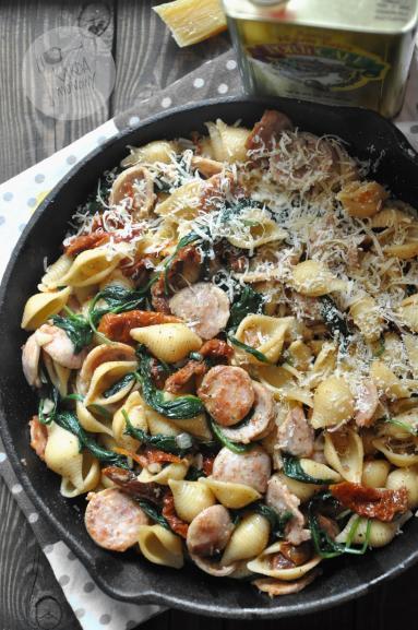 Zdjęcie - Makaron z białą kiełbasą, szpinakiem i suszonymi pomidorami - Przepisy kulinarne ze zdjęciami