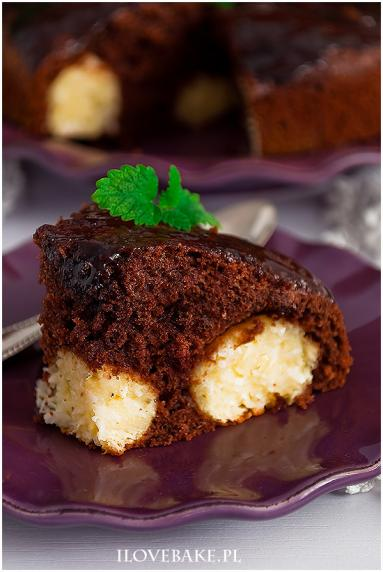 Zdjęcie - Ciasto czekoladowe z kulkami kokosowymi - Przepisy kulinarne ze zdjęciami