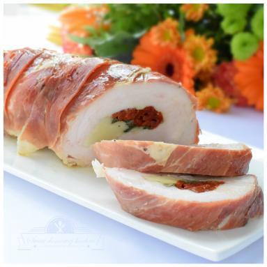 Zdjęcie - Rolada z indyka z suszonymi pomidorami - Przepisy kulinarne ze zdjęciami