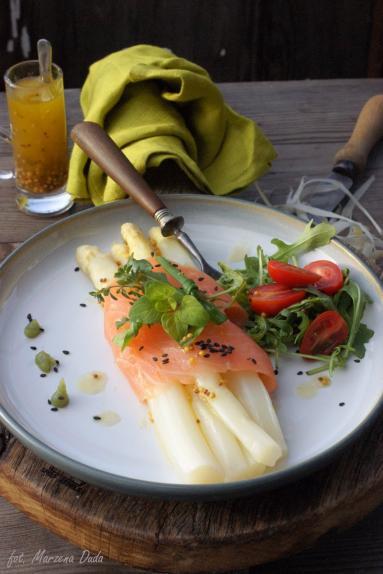 Zdjęcie - Szparagi z łososiem wędzonym - Przepisy kulinarne ze zdjęciami