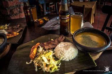 Lokalny obiad. Ryż, wołowina, sałatka, pieczony banan, zupa i kompot.
