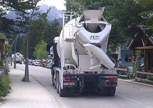 Kolona betonjerki ulicom prema Crnom jezeru