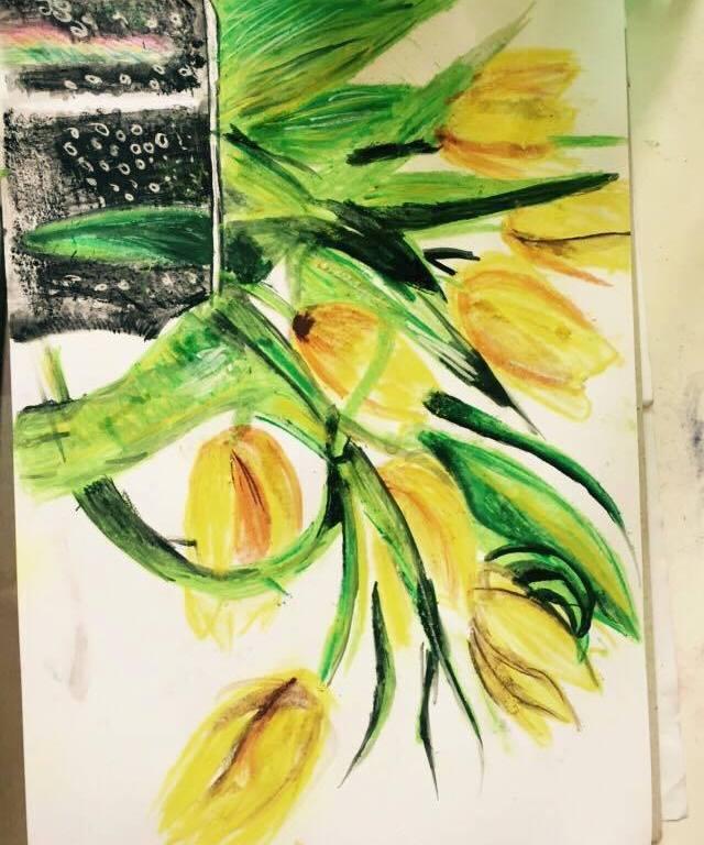 Malba suchým pastelem - žluté tulipány v černé váze, na které se leskne duha.