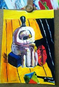 Malba - imitace de Chiricových obrazů, na žluté podlaze sedí podivná socha s červenou maskou.