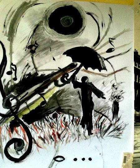 Černobílá malba panáčka s deštníkem, kterému deštník odlétá ve větru, za ním se nachází notová osnova, houslový klíč. Pod ním je celá nota a tři tečky.
