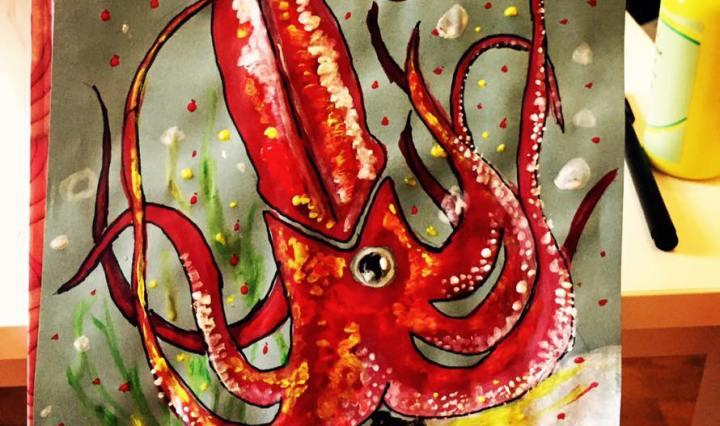 Na obrázku vidíme červenou sépii na modrém pozadí namalovanou v psychedelickém stylu se spoustou bublinek a růžovým korálem pod ní.