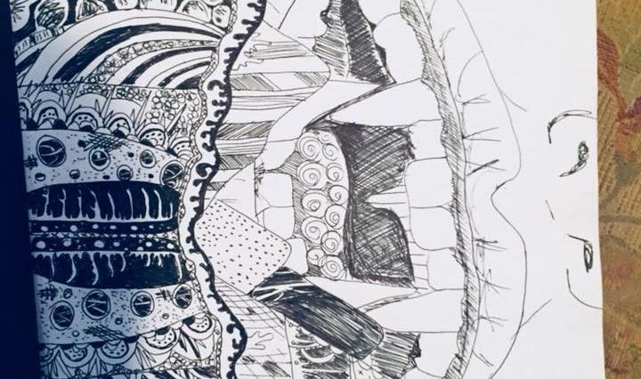 Na obrázku je velká pusa se špičáky, která se zakousává do velmi podrobně vykreslené snové krajinky. Vše je černobílé.