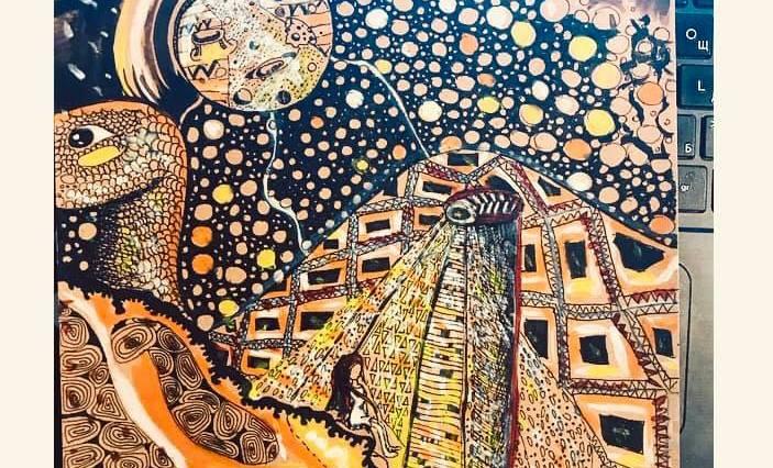 Na obrázku je velmi detailní noční krajina a hory. Na hoře sedí malá holka, na ni svítí velmi propracovaná lampa. V dálce je měsíc a mnoho svítivých bílých kuliček. Nalevo se vynořuje hlava želvy nebo dinosaura.
